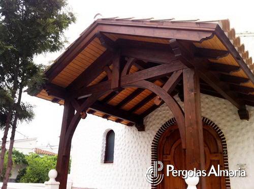 pergola de madera entrada de iglesia